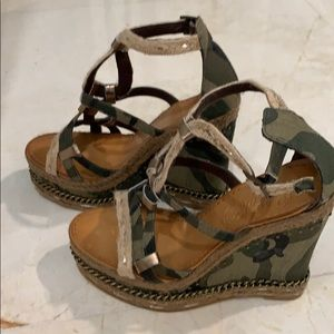 Naughty Monkey wedges in green camouflage color